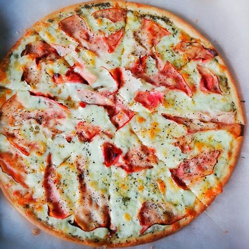 Pizza de jamón ahumado